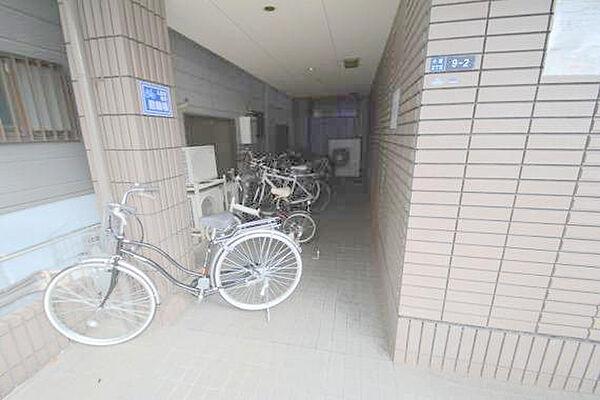 CTビュー小阪の敷地内にある駐輪場。雨の日にはうれしい屋根つきです。