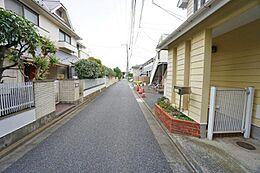 舗装された前面道路幅は、約4.0mありますのでお車の出し入れもスムーズに行なえますね。