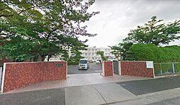 富田中学校。徒歩5分でお子様の登下校も安心です。