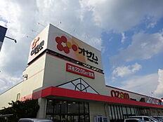 スーパーオザム徒歩約5分(約400m)品揃えが豊富なスーパーです。毎週日曜日には8時から朝市が開かれます。 約400m