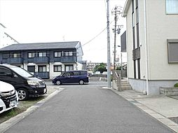 東側前面道路は幅約5.0m、間口は約9.2mとなっています。安心して駐車できますね。(2019年7月23日撮影)