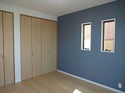 洋室建築施工例洋室もアクセントクロスで家具と合わせたインテリアが楽しめそうです。