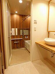 洗面室から浴室へはフラットフロアで、お身体に負担なく移動できますよ。