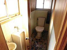 リフォーム前写真トイレはTOTO製ウォシュレットトイレに新品交換します。直接お肌に触れるものなので新品なのは嬉しいですね。