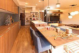 アイランドキッチンと一体化したダイニングテーブル。お料理をしながらご家族を近くに感じることが出来ます。