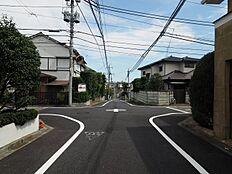 車通りの少ない閑静な住宅街に位置しております。良好な環境で、子育てへの安心感と親子の楽しみが倍増。人の生活に欠かすことの出来ない潤いが存在します。