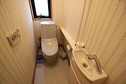1階トイレ明るい内装で清潔感のあるトイレです。洗面が備わっているのが便利ポイント