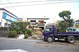 解体中写真周辺は低層住宅広がる静かで落ち着いた住環境です。(2018年1月 撮影)