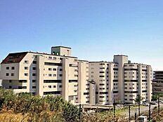 外観:総戸数235世帯。東海道線の車内から見える大型リゾートマンションです。