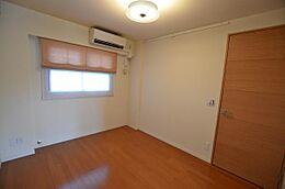 こちらがもうひとつの居室である洋室です。広さはこちらも約6帖。ベッドも二つ設置できます。