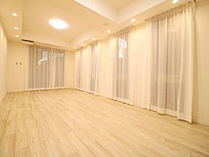 LDKは約20.2帖と広々したスペース。大きな窓が多く、開放的で家族みんながくつろげる空間へ