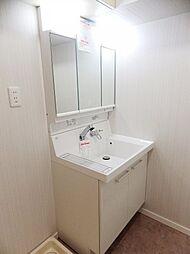 LIXILピアラシリーズの三面鏡付シャワー洗面化粧台。