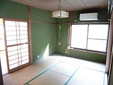 リフォーム前写真DK横の6畳和室です。壁天井のクロスを張り替え、畳表を交換予定です。照明も新品に交換予定です。