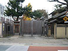 文化財旧安田楠雄邸庭園まで1873m