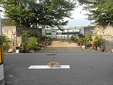 片山中学校のすぐ近くです。