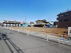 前面道路が8m超えの建築条件なしの売地ですしかも西側が隣地の駐車場で開放的となっております。西側から撮影(2018.4)