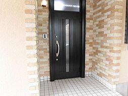 リフォーム済み。玄関です。鍵を交換し、屋外照明も交換しました。リビングのモニターでカラーで映像が確認できる玄関モニターホンも設置しました。