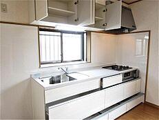 リフォーム済み。キッチンは新品にシステムキッチンに交換しました。前面収納引き出しタイプですので調理器具等も楽に見つけられます。