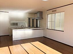 おしゃれな床とクロス。アイランドキッチンです。