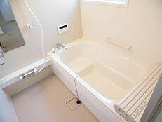 リフォーム済1階にある浴室です。1坪に広げましたのでゆったりしたバスタイムをお楽しみいただけます。