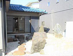リフォーム済西側から撮った庭写真です。風情ある日本庭園のように配置された岩などはそのまま残しました。