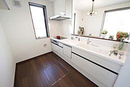 (キッチンイメージ)直火を使わないIHヒーター。毎日の家事を楽にする食洗乾燥機はエコ&衛生的です。