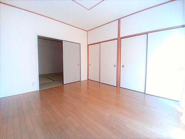 ロイヤルコーポヨコタの8帖の洋室
