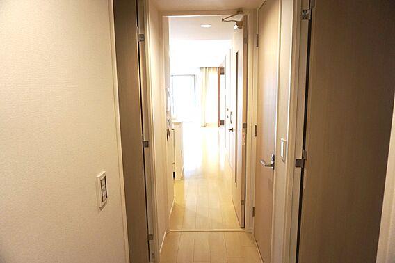 玄関から廊下に...