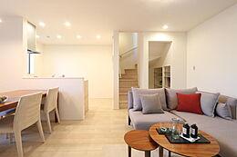 カウンターキッチンと明るく開放的なリビングダイニングです。(掲載写真は当物件04号棟モデルルーム写真です)