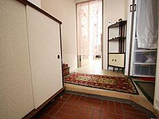 こちらが玄関です。熱海でのリゾートライフを暖かく優しい陽ざしとともにスタートしませんか