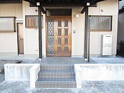 リフォーム済玄関ドアは鍵を交換済み、弊社がお引き渡しまで大切に保管致します。照明交換、外壁塗装などで、オウチの顔もきれいになりました。