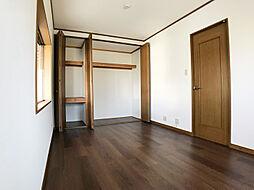 「1階洋室」収納付きです。