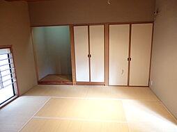 収納の付いた和室。座布団やお客様用お布団なども仕舞っておけますね。