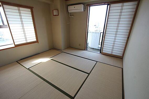 和室にも窓が二...