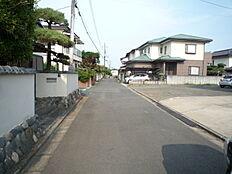 前面道路です。現地(2018年7月)撮影