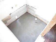 リフォーム中写真お風呂は1坪サイズのユニットバスに新品交換予定です。