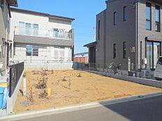 多摩川に近く、自然豊かな閑静な住宅地。土地区画整理事業区域内につき、街並みが整った落着いた住環境。建築条件付き売地 限定1区画が登場しました。WICや固定階段のロフトなどこだわりの注文住宅です。