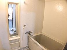 浴室は、鏡と混合水栓を新品に交換しています。