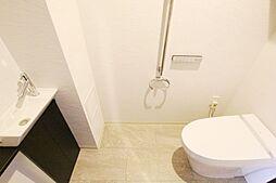 手洗い場あり。シャワー機能付きトイレです。
