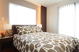 寝室には暖かみのある間接照明を設け、心安らぐひと時をあなたに。窓から差し込む光で気持ちよく目覚めることができるでしょう。(建物プラン例/建物価格2000万円、建物面積89.26m2)