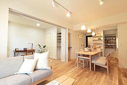 床の無垢材が表情豊かなLDK。白を基調としたインテリアなので北欧家具がとても良く合います