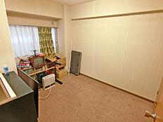 玄関を入り、左手に配置された洋室は約6帖の広さです。メインベッドルームにお薦めです