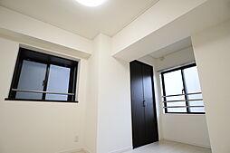 窓からは心地のいい風が吹き抜ける居室