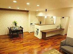 家族やゲストとの対話を楽しみながらキッチンワークがこなせる開放的な対面式キッチン