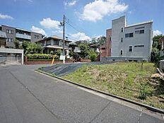 第1種低層住居専用地域でしかも建ぺい率40%、容積率80%のゆったりした住環境です。