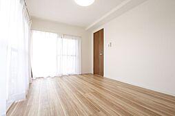 6.5帖の居室はバルコニーに面し明るく広々としています