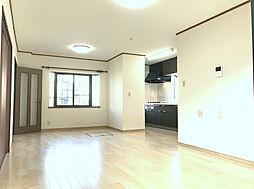 落ち着いた床色で広々としたLDKはご家族の憩い場に最適です。(2)