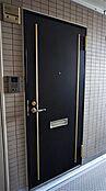 重厚かつモダンな玄関ドア。角部屋のため、隣室とのプライバシーが確保されています。