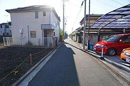 幅員約4mの道路に接道し、道路との高低差もなく、お車の出し入れも楽にできます。