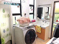 窓付きの明るい洗面所は収納力たっぷり